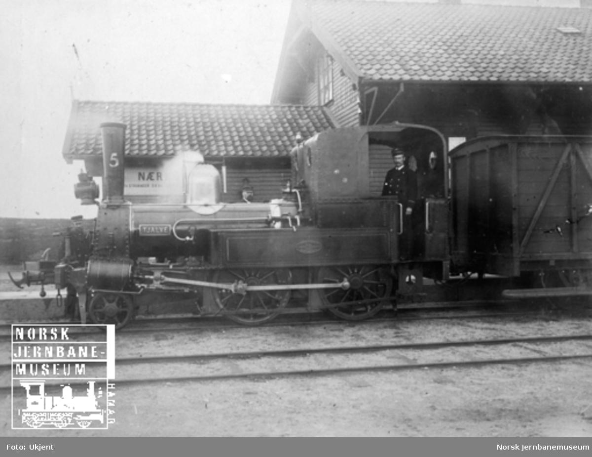 """Damplokomotiv type III nr. 5 """"Tjalve"""" på Nærbø stasjon"""