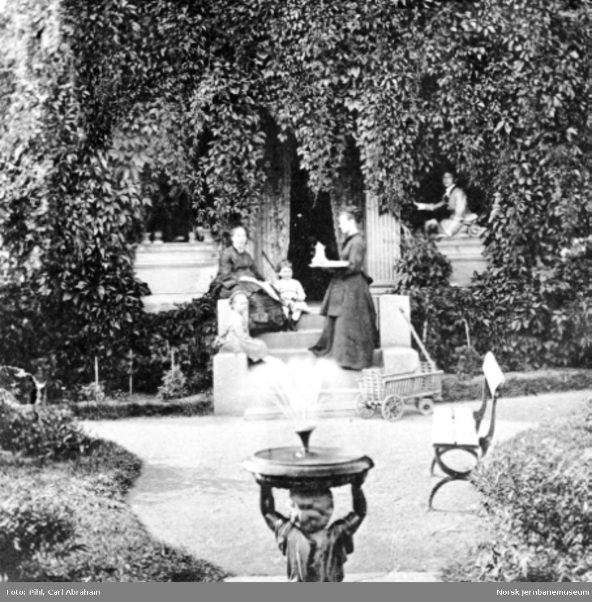 Pihls familie i familiens hage i Gustavs gate