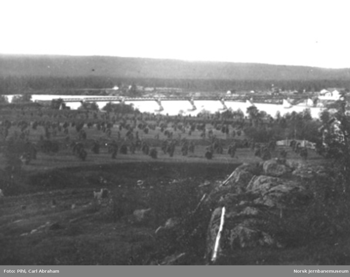 Oversiktsbilde fra Elverum med jernbanens vegbru
