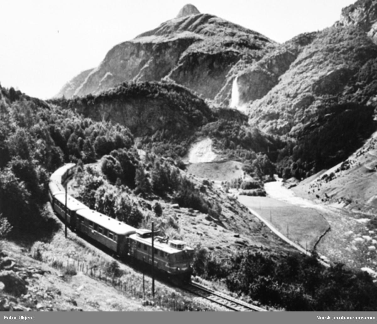 Elektrisk lokomotiv El 9 med persontog på Flåmsbana