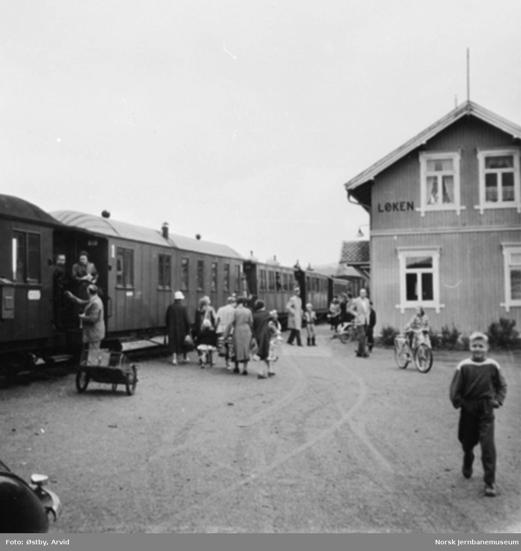 Toget gjør opphold på Løken stasjon