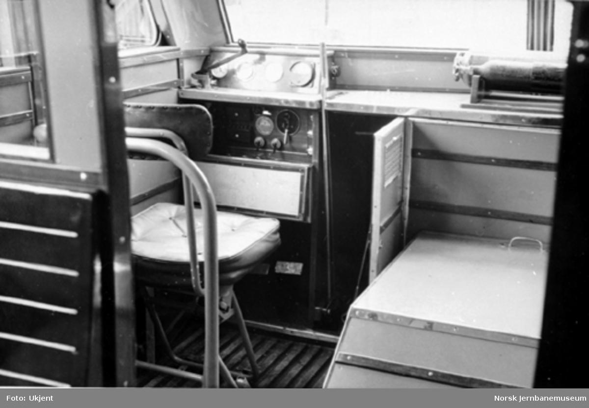 Bensinmotorvogn litra Cmb type 16 under produksjon : førerplassen