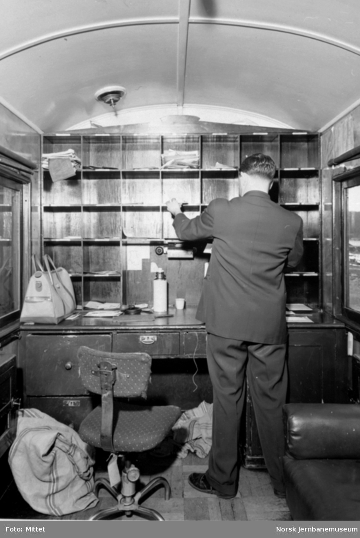 Postsortering i postavdelingen på Hølandsbanen