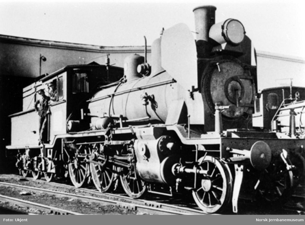 Damplokomotiv type 21b nr. 208 foran stallen i Mosjøen med lokstallbetjent Sagen og en ukjent i døra