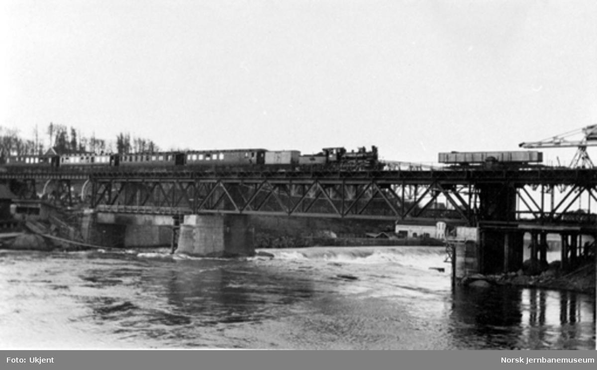 Damplokomotiv med persontog på bru over Sarpsfossen, trolig etter ombygging i 1931