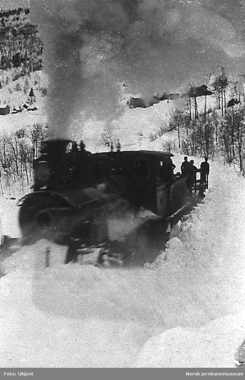 Rydding av Bergensbanen med damplokomotiv med stor frontplog