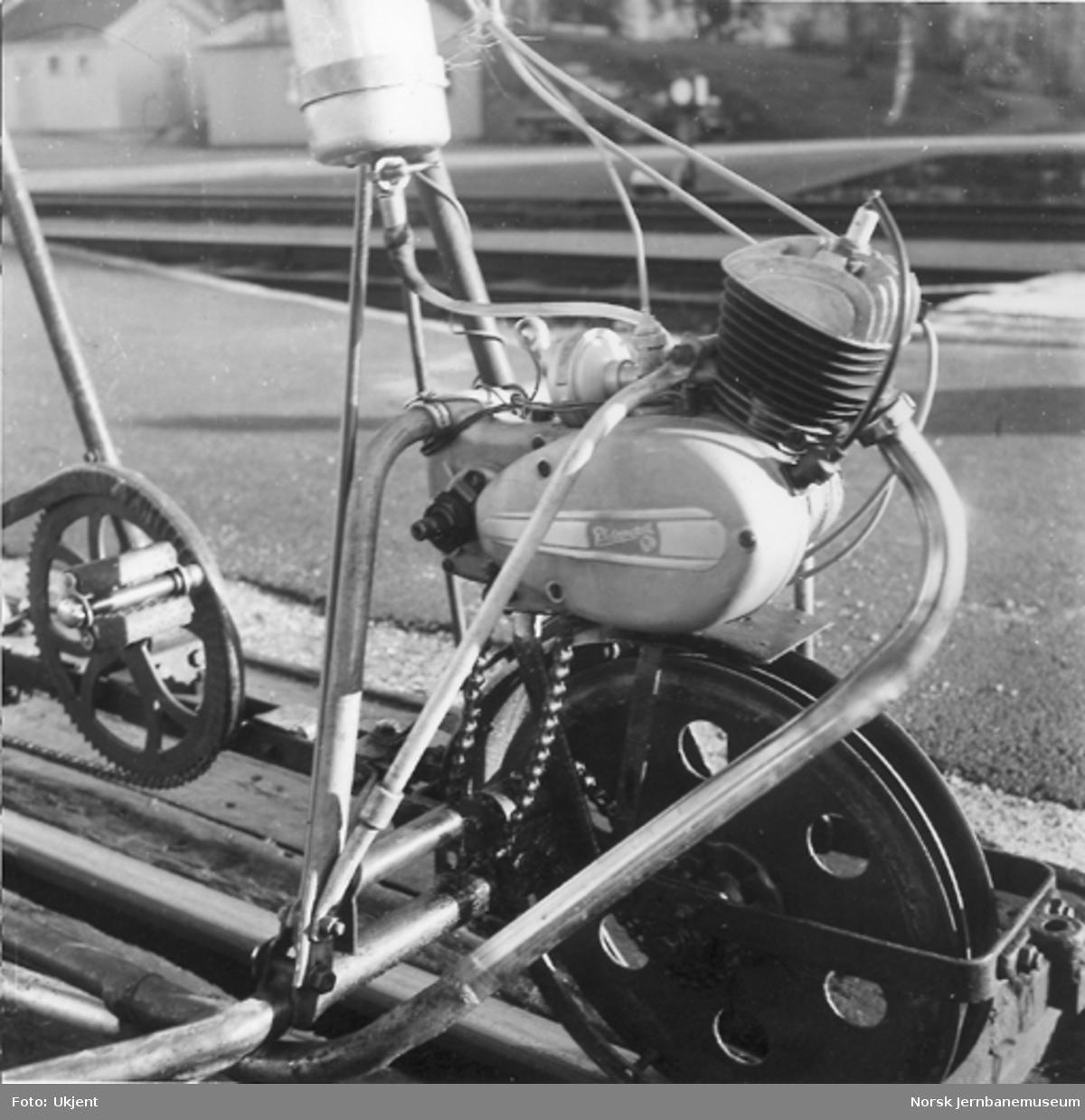 Trehjuls sykkeldresin med forhjulsmontert Simpson 50 cm3-motor, nærbilde av motoren