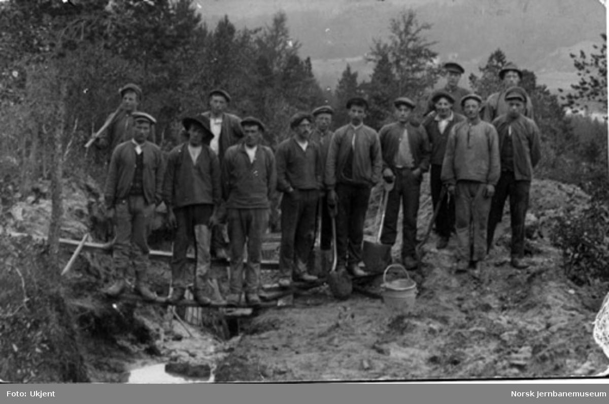 Gruppebilde av 14 anleggsarbeidere