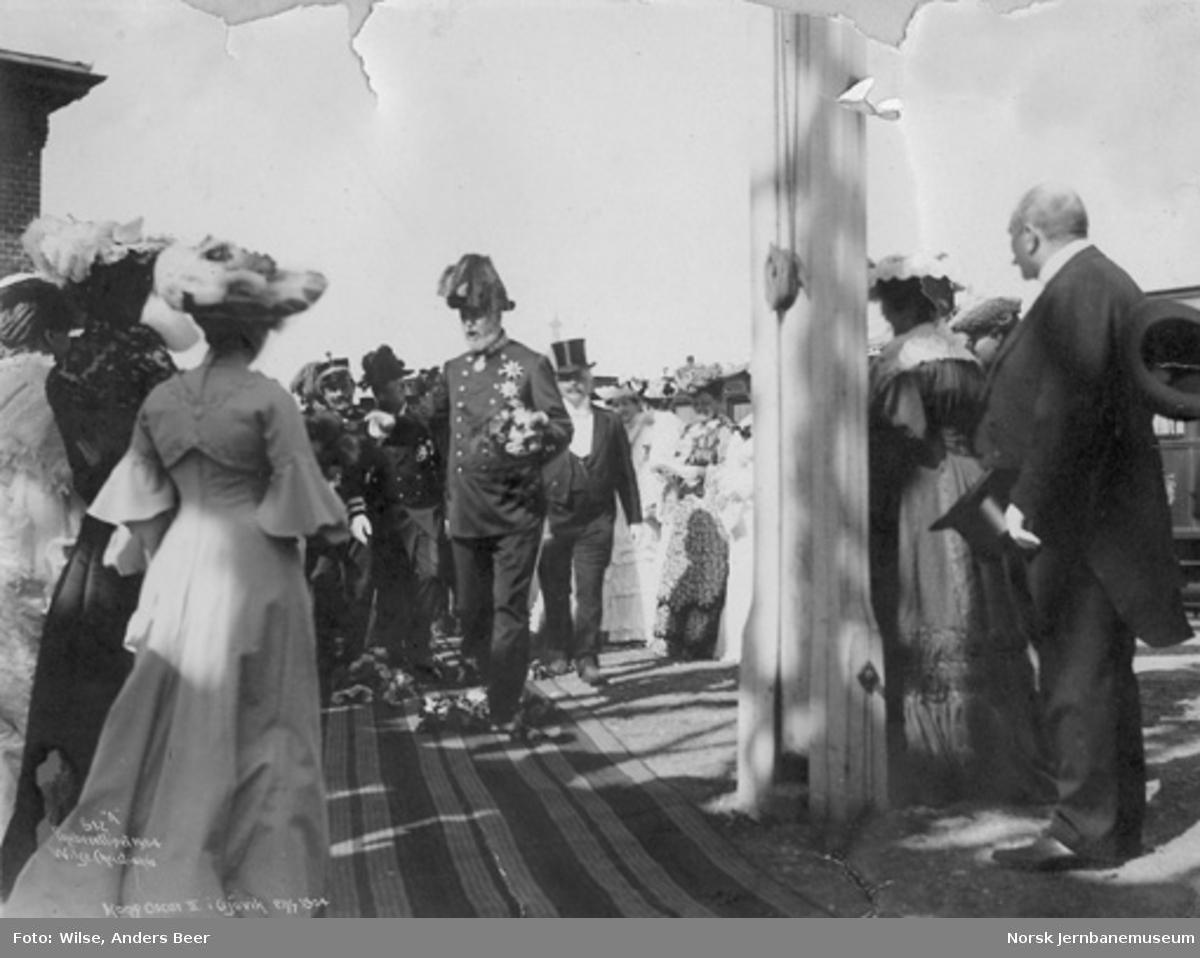 Kong Oscar II på Gjøvik stasjon ved kongebesøket i 1904