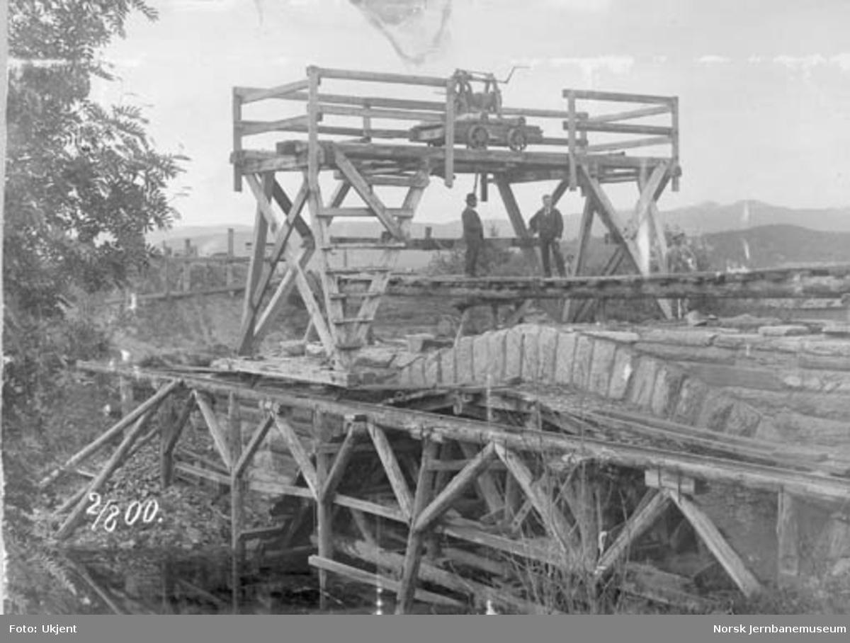 Bygging av steinhvelvbru over Gråbrekkdammen