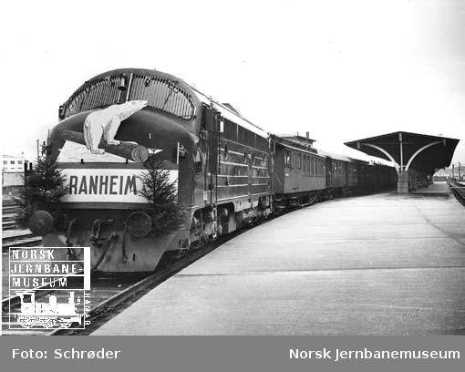 Ekstratog for Ranheim papirfabrikk, trukket av diesellokomotiv type Di 3