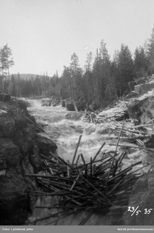 Tømmerslipping i Hovda elv ved Sorknes seter vegbru