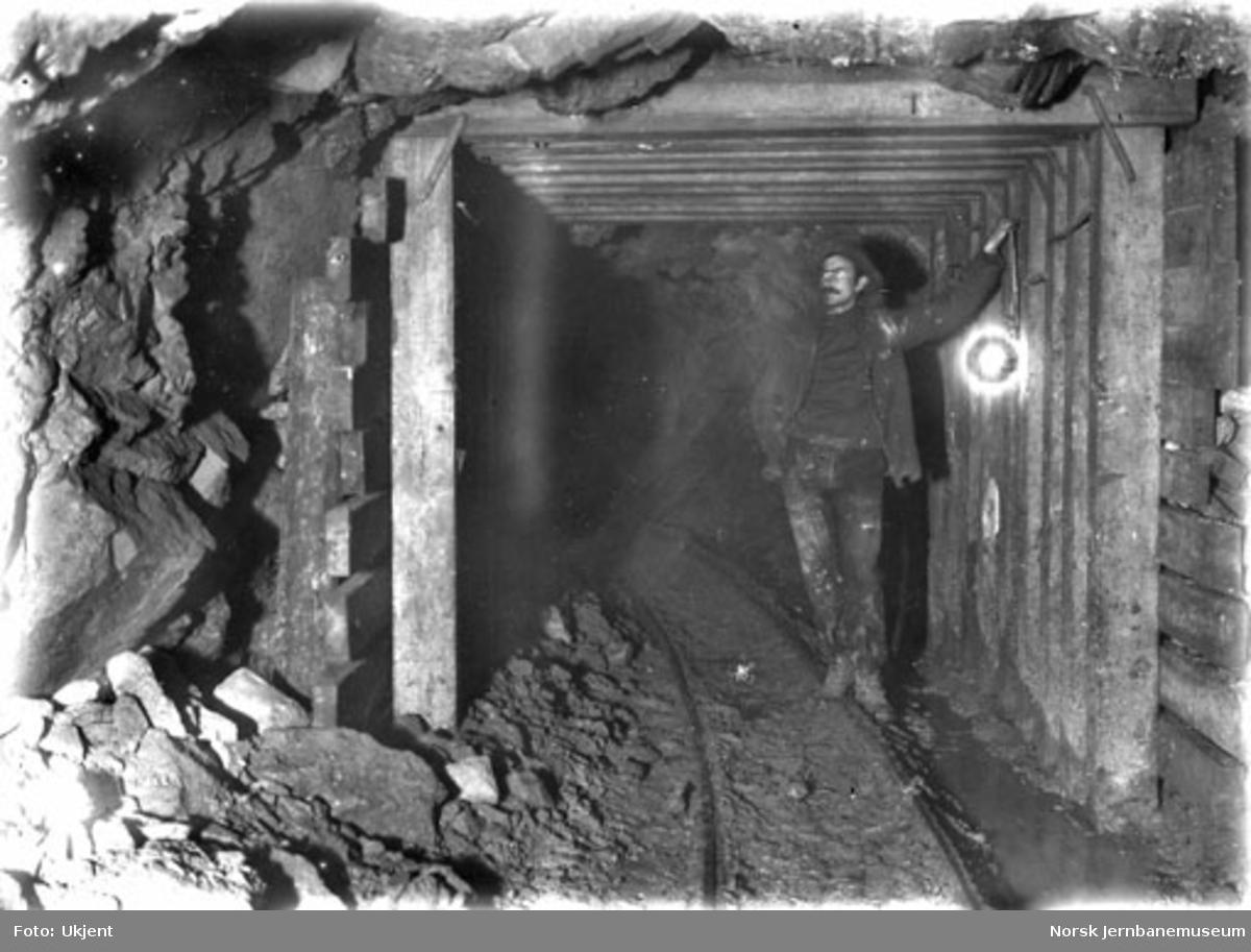 Tunnelarbeider i retningsstollen i Gravehalsen tunnel