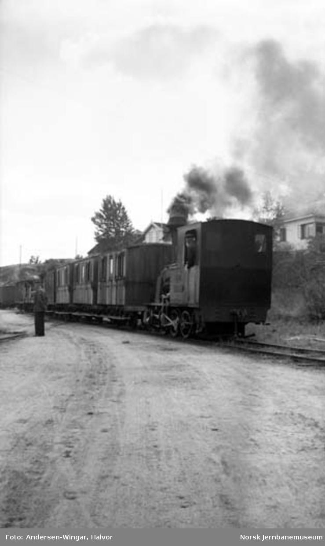 """Lillesand-Flaksvandbanens lokomotiv nr. 2 """"Flaksvand"""" med personvogner"""