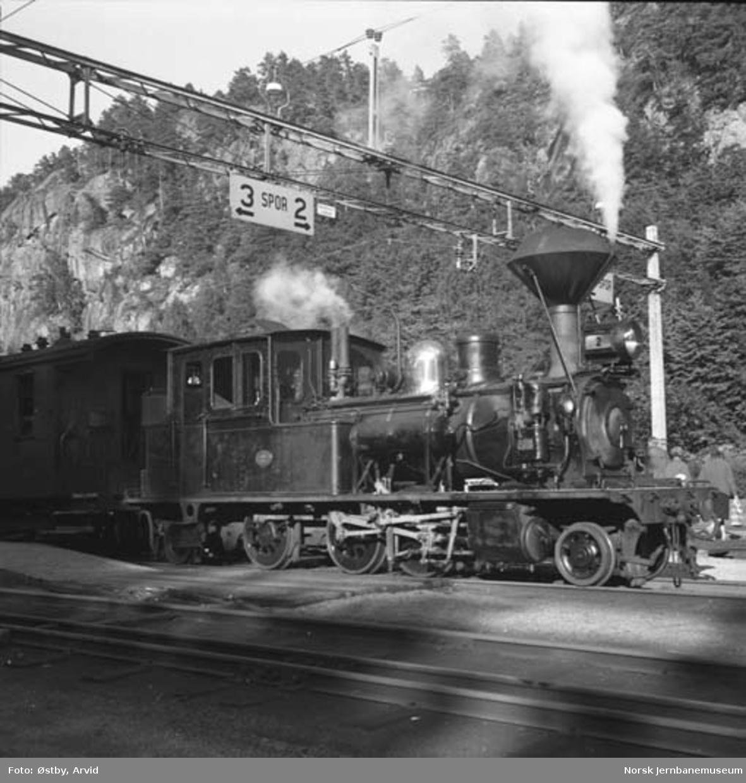 Setesdalsbanens damplokomotiv type XXI nr. 2 foran persontog