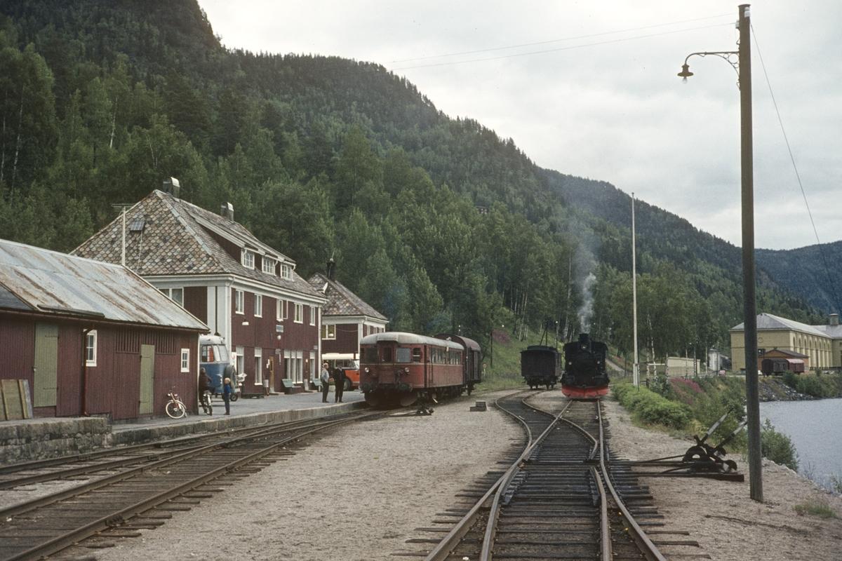 Persontog til Kongsberg står klart til avgang på Rødberg stasjon. Damplokomotivet til godstoget står i spor 2.