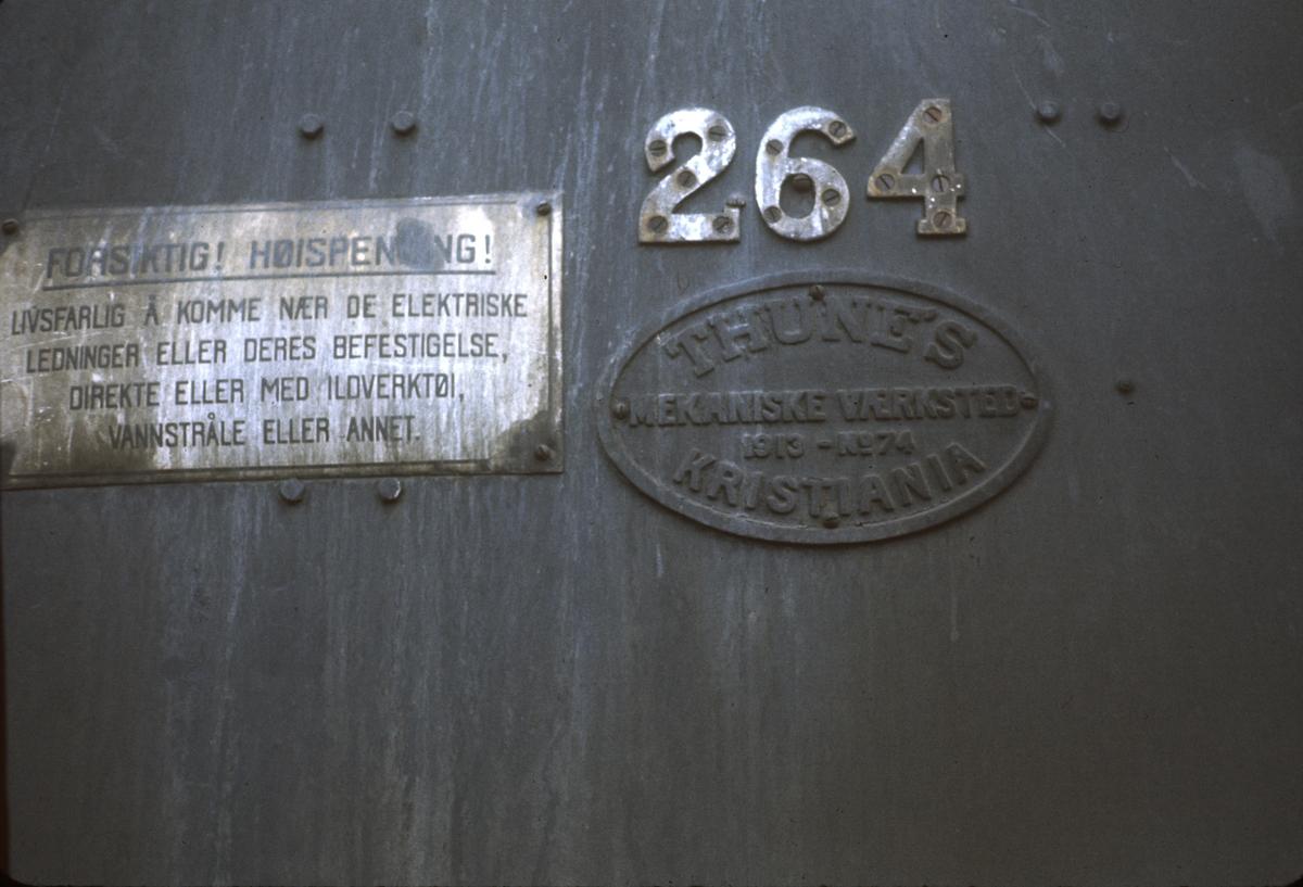 Damplok type 24b nr. 264. Fabrikkskilt.