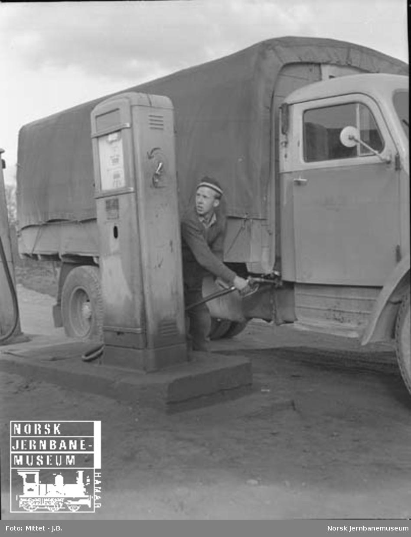 Lågendalsruten : sjåfør K. Grønseth fyller drivstoff på en lastebil