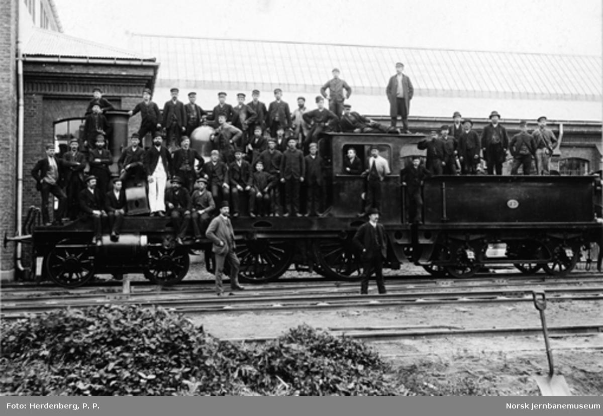 Gruppebilde av jernbaneansatte på damplokomotiv nr. 73