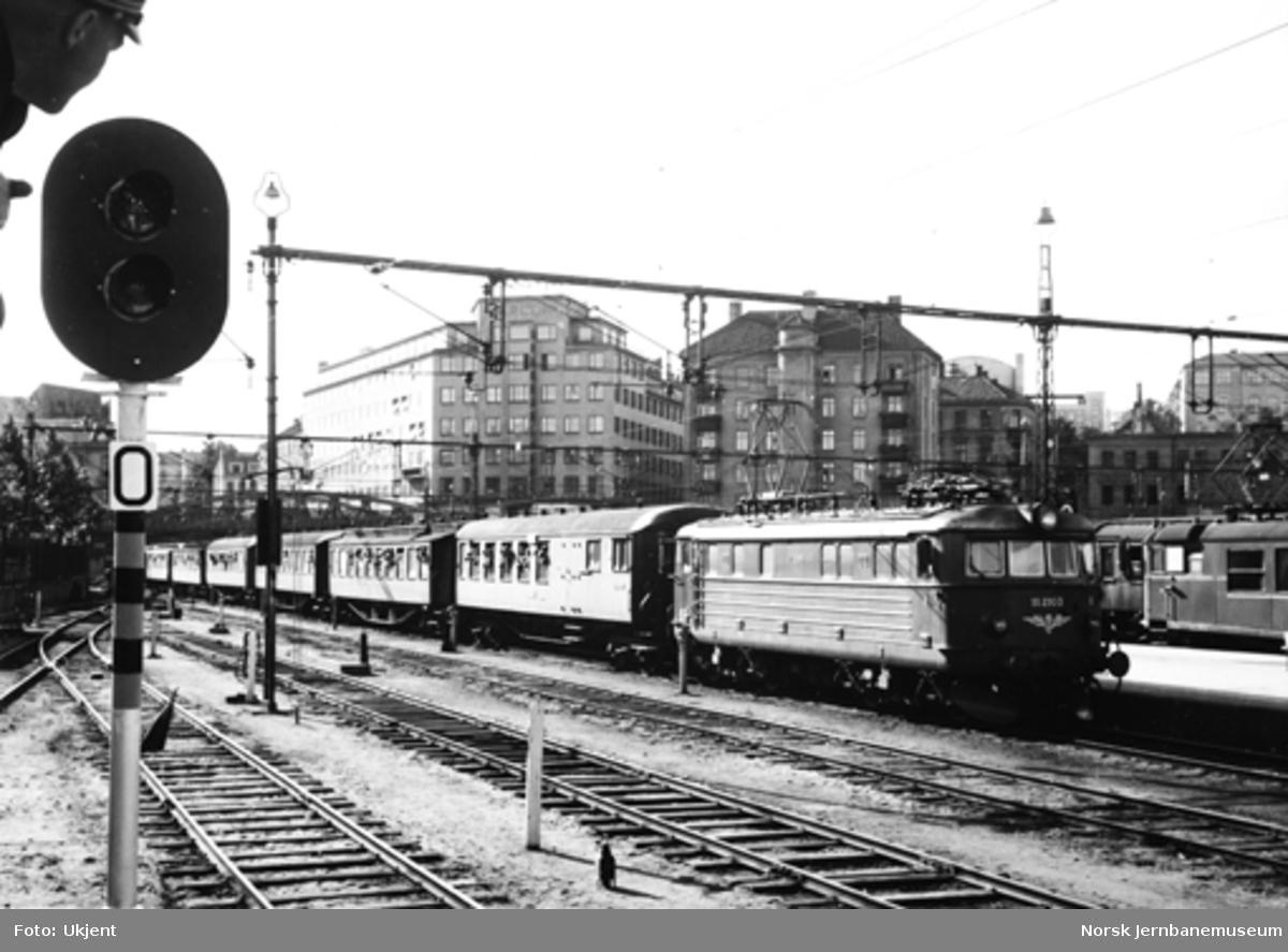 Speidertog på Oslo V, trukket av elektrisk lokomotiv El 11 2103