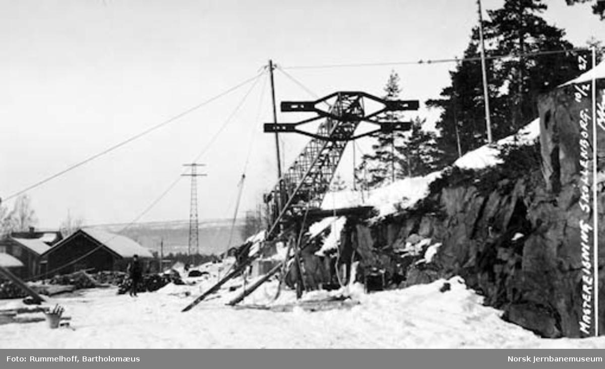 Elektrifisering Drammen-Kongsberg : reising av fjernledningsmast på Skollenborg