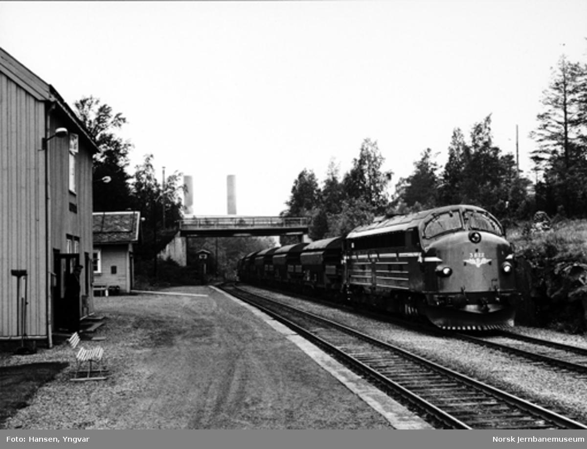 Diesellokomotiv type Di 3 ankommer Kopperå stasjon med vogner til Meråker smelteverk