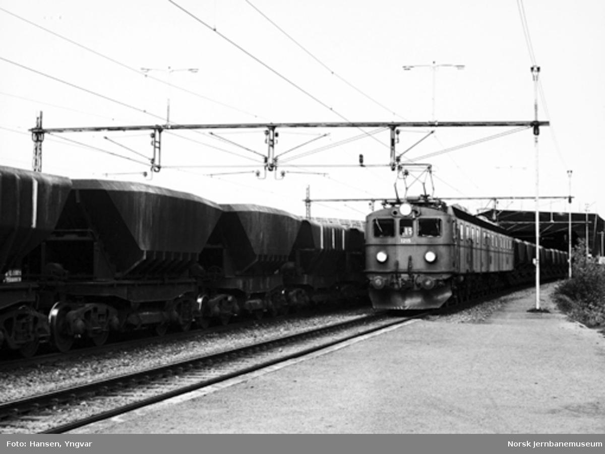 Bjørnfjell stasjon 18. juni 1980, om morgenen : kl. 08.13: malmtog 7315 passerer i spor 1