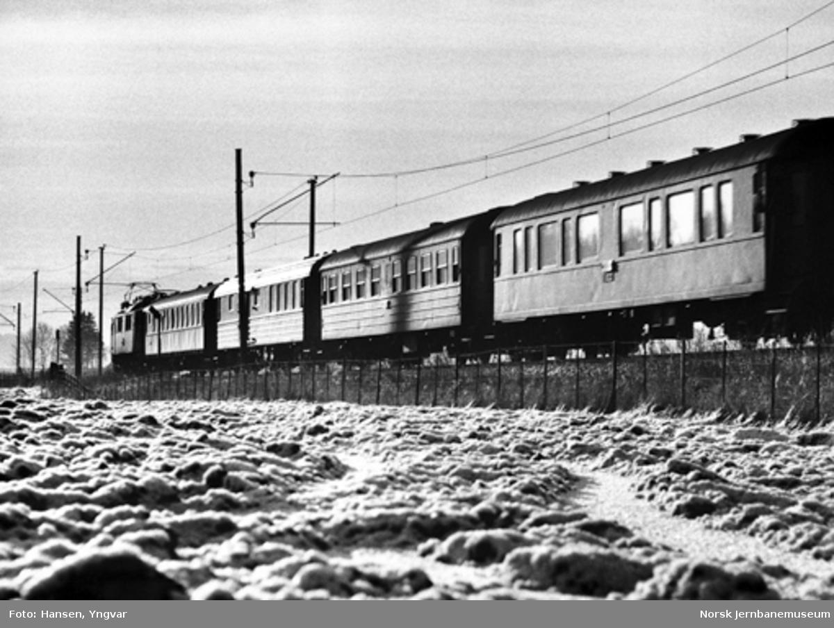 """""""Skandiapilen"""" mellom Sarpsborg og Skjeberg, trukket av et svensk lokomotiv litra F"""