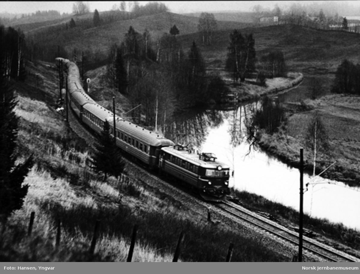 Tog 308 fra Otta til Oslo mellom Eidsvoll og Bøn