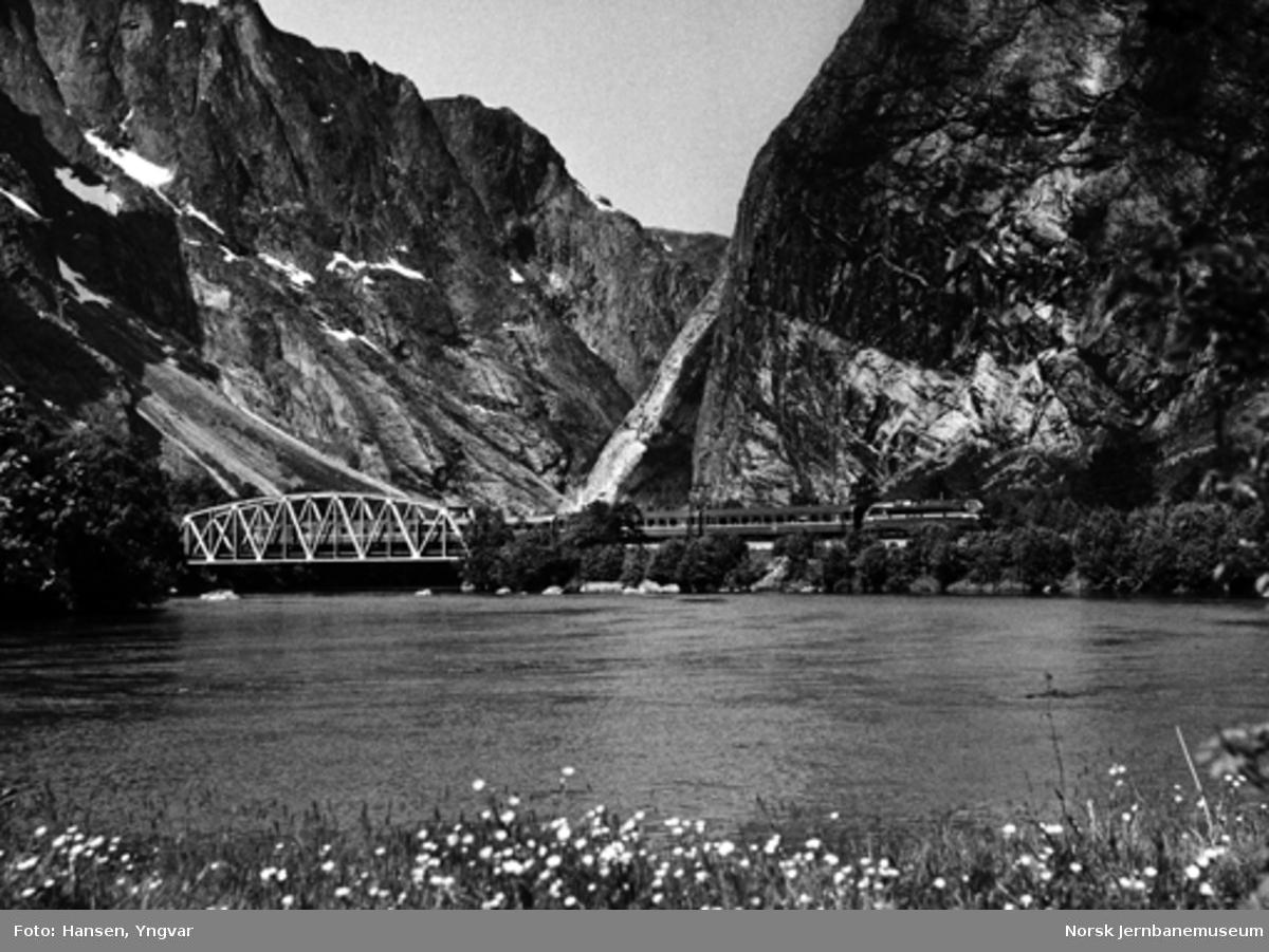 Dagtoget til Oslo passerer brua over Rauma ved Sælen