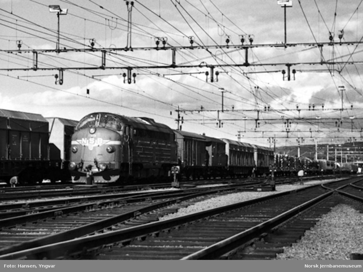 Diesellokomotiv Di 3 603 på Kongsvinger stasjon med ankommet godstog fra Solørbanen