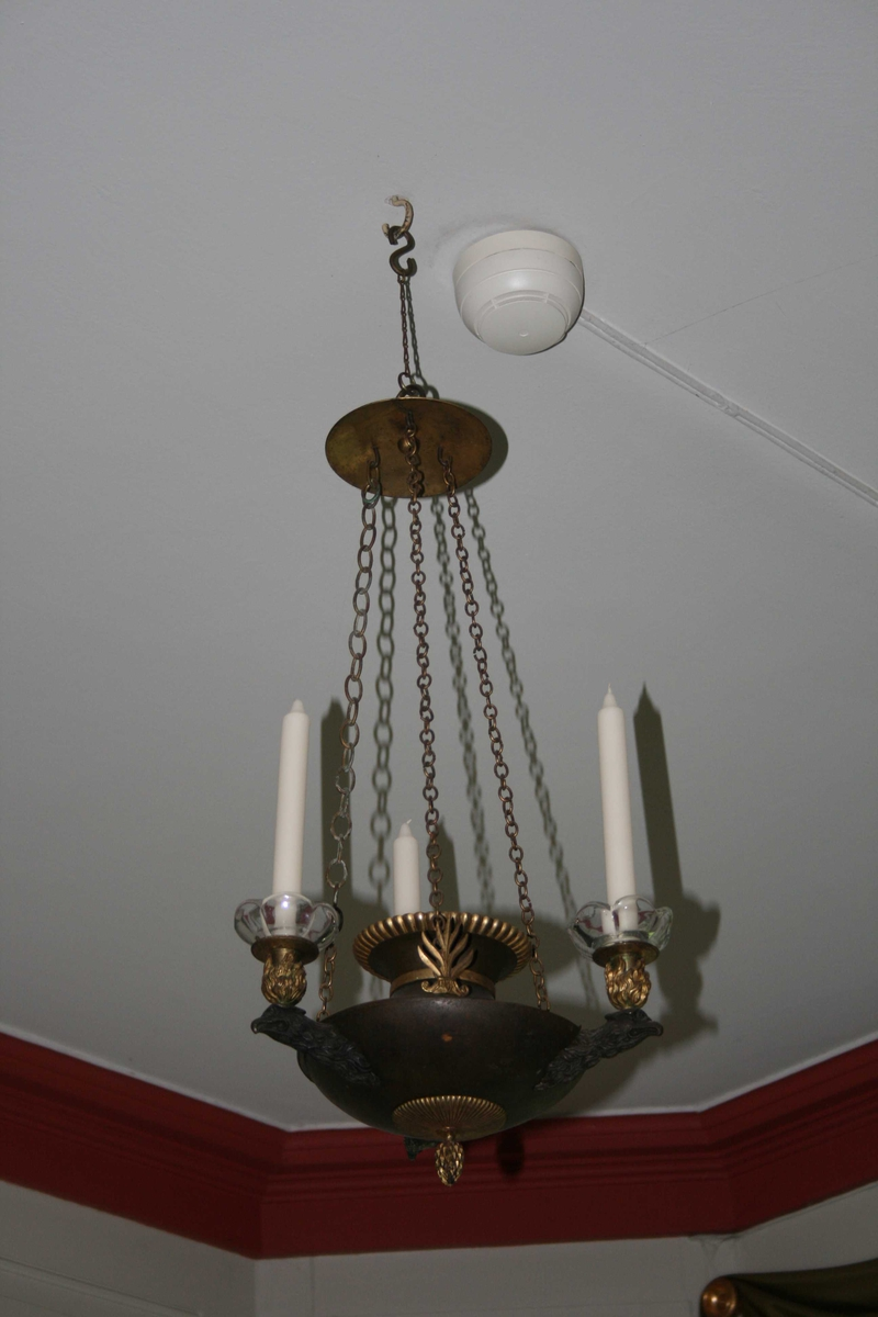 Takampel for tre lys, av kobber m/lyspiper og dekor i messing.