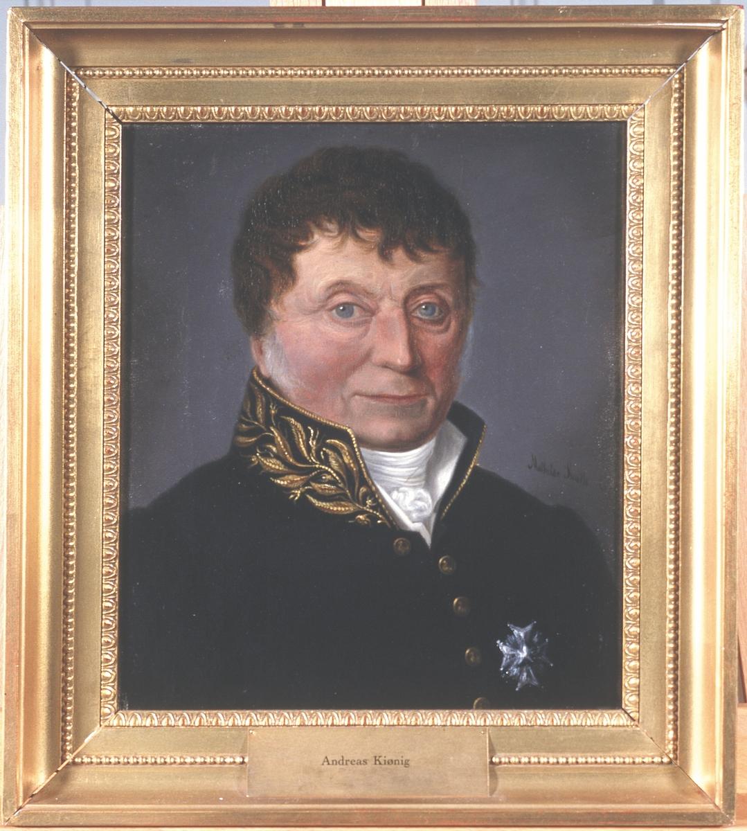 Portrett av Andreas Kiønig. Mørk uniform, orden festet på brystet.  Fra kommentar på Digitalt Museum: Krasjan (stjerne) for Kommandør med store korset av Nordstjerneordnen.