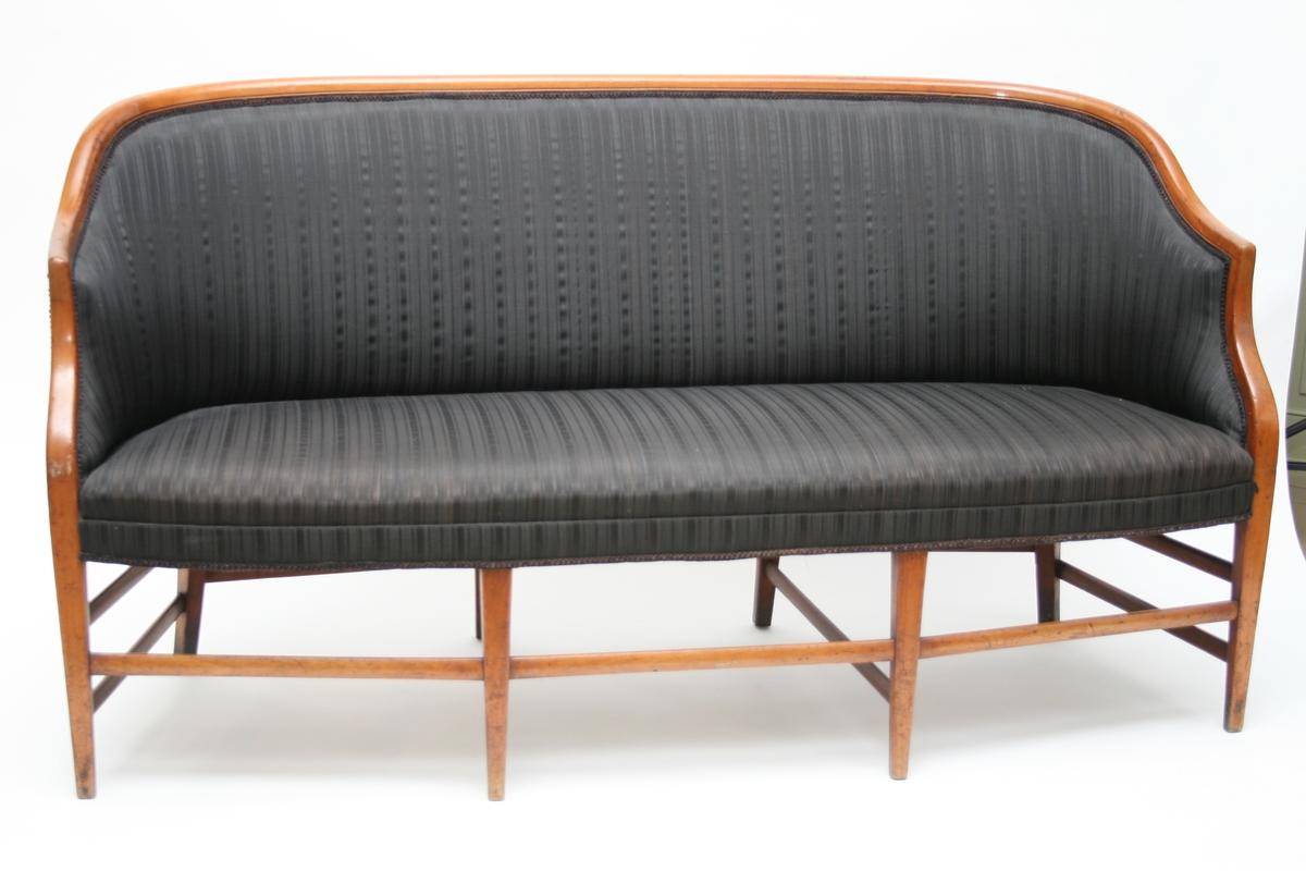 Sofa, eller kanape, med stoppet rygg og sete.  Svart hestehårstrekk. Trekket på både stoler og sofa er antagelig sekundært. Sofaen hører sammen med 6 stoler.