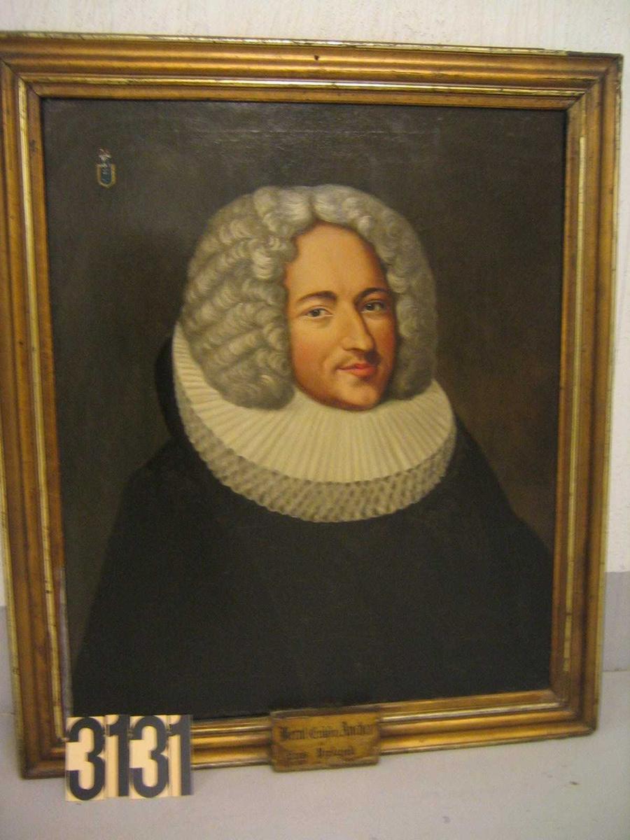 Mannsportrett, 3/4 profil. Sortkledd, prestekrave, grå parykk. Bernt Ancher, farfar til Carsten Anker