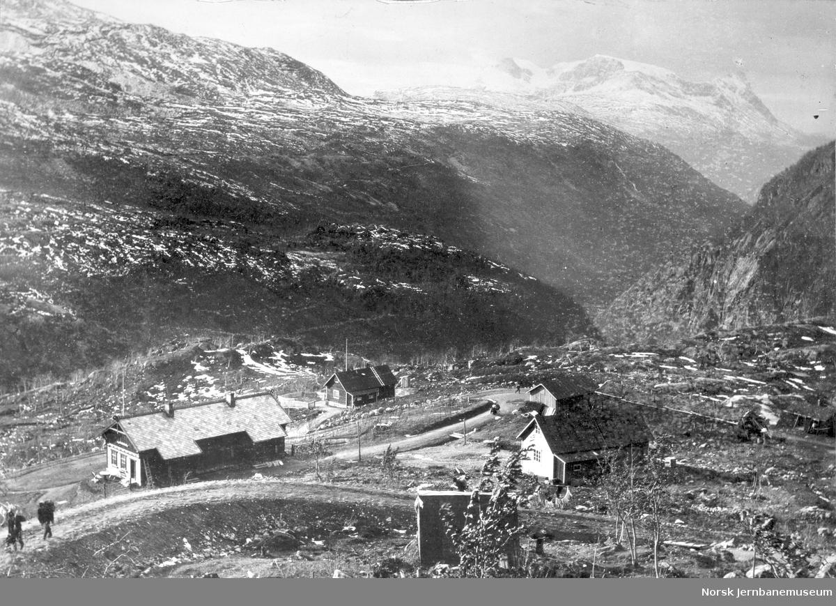 Norddalen mot vokterbolig (kontor for anleggets 2. avd.) og barakker