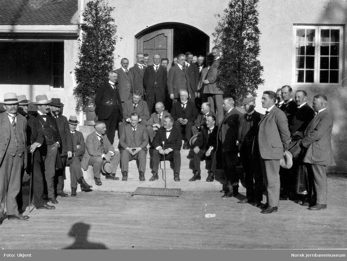 Jernbanebefaring i Valdres : gruppebildet av deltakerne utenfor Fagernes hotell