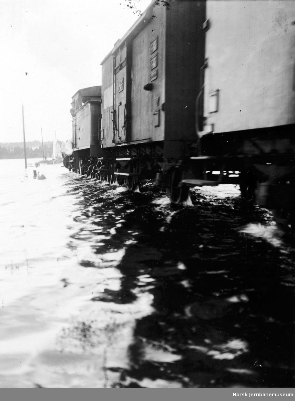 Flommen i 1927 : Tog 62 i Åkersvika, vannstand 8,29 meter
