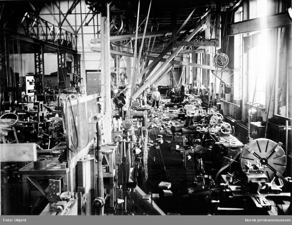 Flommen i 1927 : NSBs verksted Hamar med vann på¨gulvet i monteringsverkstedet