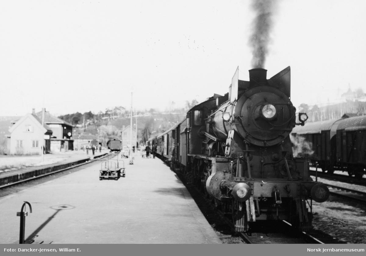 Dombås stasjon med damplokomotiv type 30b nr. 363 foran sørgående dagtog 402