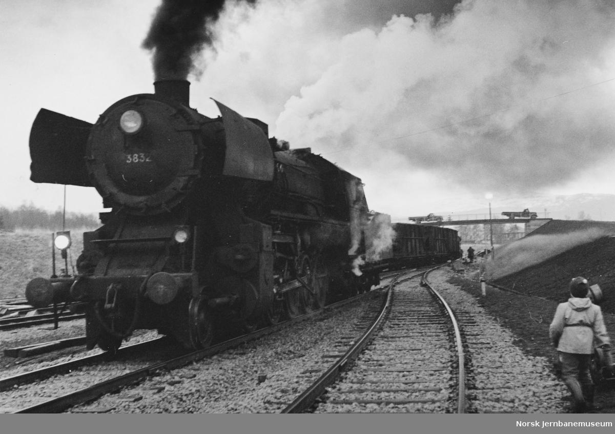 Fauske stasjon med damplokomotiv type 63a nr. 3832 med ankommet godstog