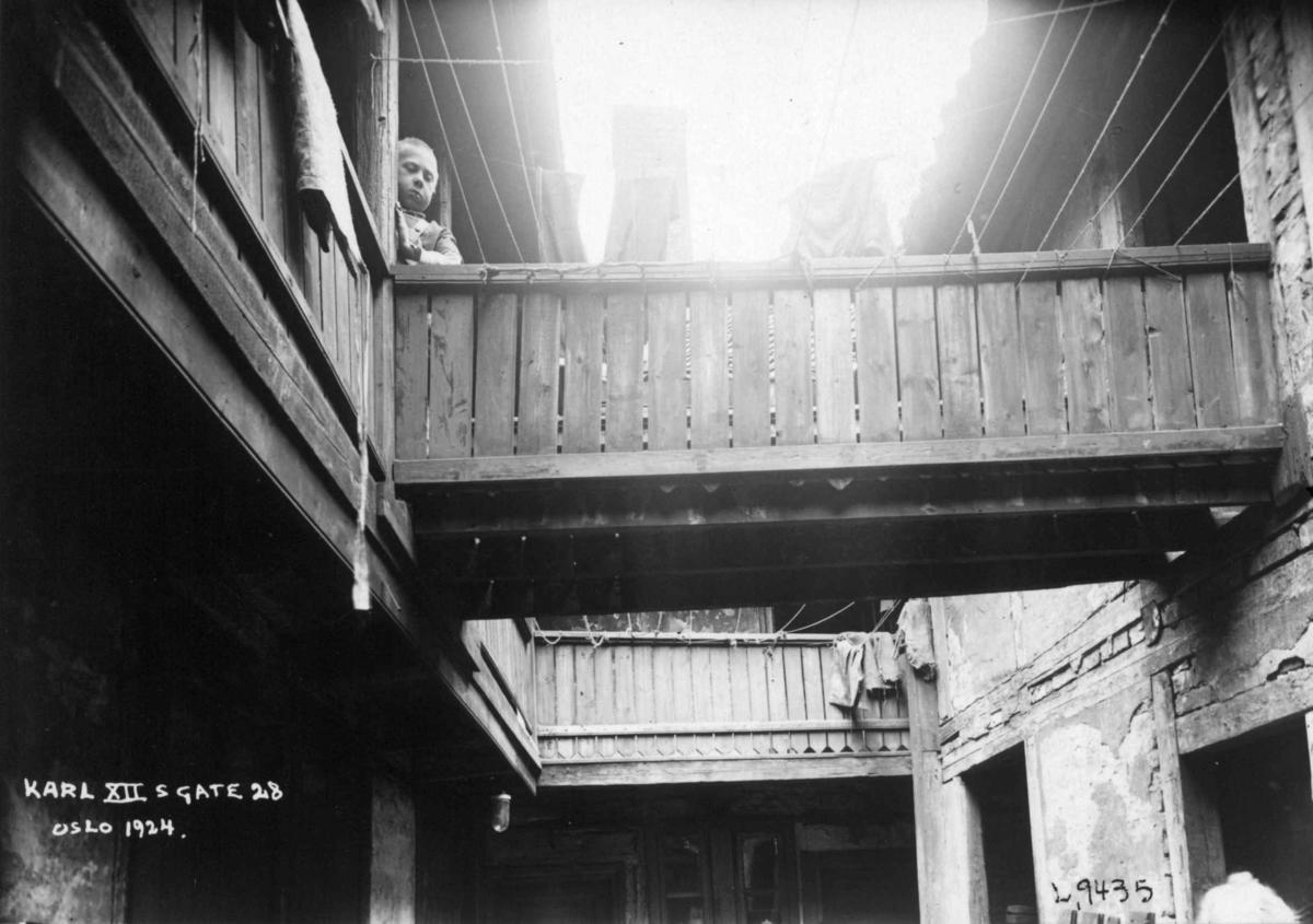 Karl XIIs gate 28, Oslo, 1924. Bakgård med bru.