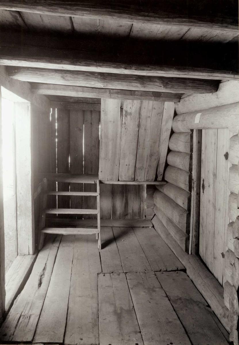 Høye, Rendalen, Nord-Østerdal, Hedmark. Svala i loftbu, sett fra innsiden. Nå på Glomdalsmuseet.