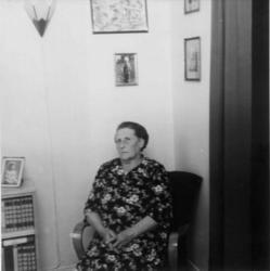 Helga Gustavsen sitter i sin stue på Rjukan.