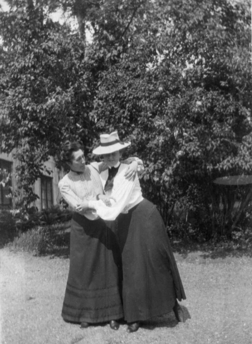 Dobbeltportrett, Løkenes, Asker, ant.juni 1904. 2 kvinner i hage. Fra serie antatt fotografert av kammerherre Fredrik Emil Faye (1844-1903), Dal gård, Ullensaker.