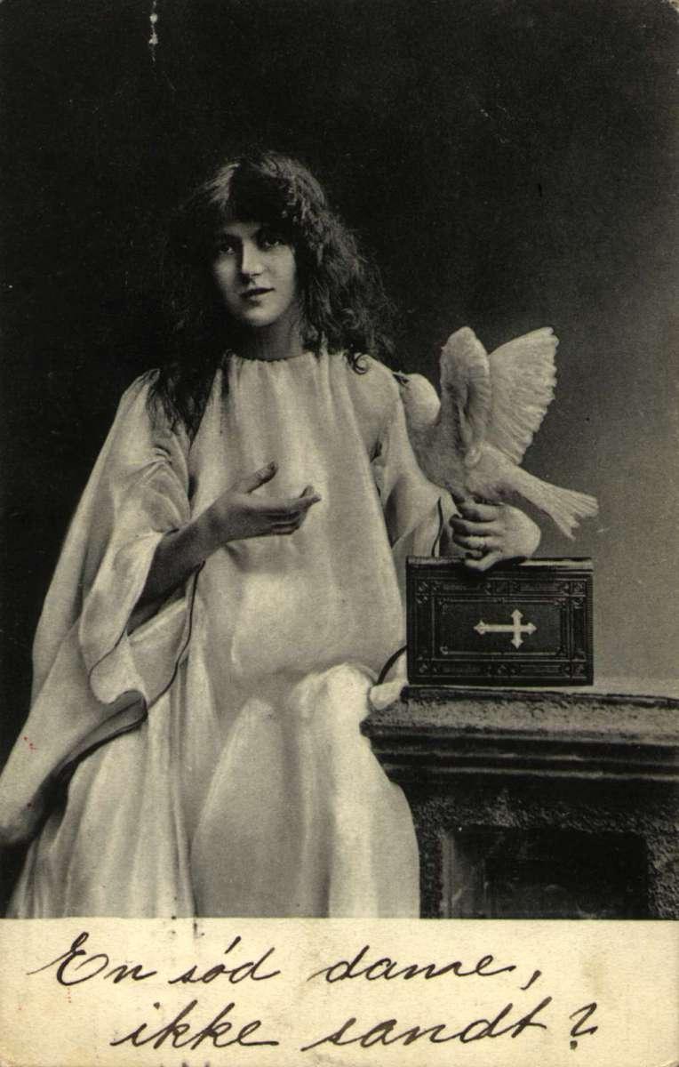 Postkort av pike med hvit due i hånden. Poststemplet i Drammen 03.09.1906.