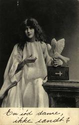 Postkort av pike med hvit due i hånden. Poststemplet i Dramm