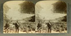 Stereoskopi. To menn med hakke og tau i bunnen av Brigsdalsb