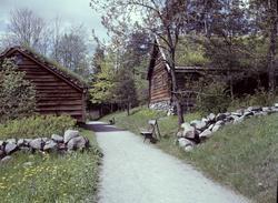 Til høyre sees Årheimstua fra Stryn i Nordfjord, bygning num