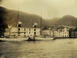 Havneområde med fraktbåter med last og sjøboder, Sandviken,